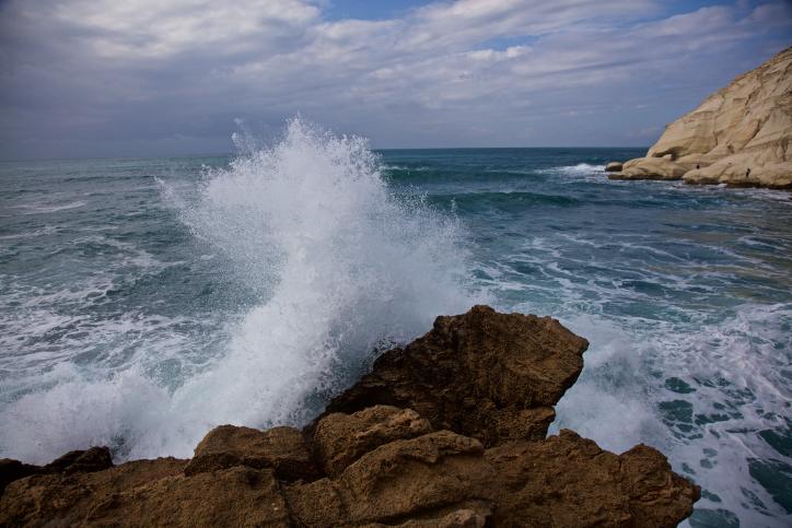 מרהיב ומרגש: גלי הים מתנפצים בראש הנקרה