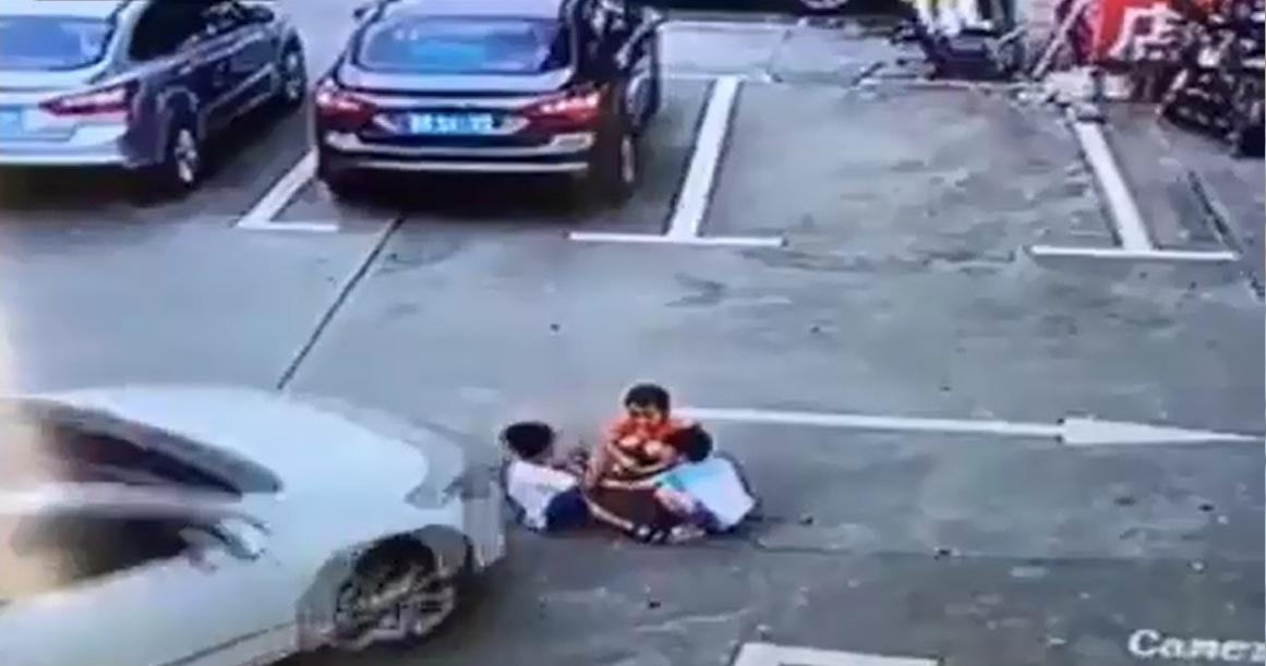 מפחיד וקשה מאוד לצפייה: נהגת בסין דורסת שלושה ילדים