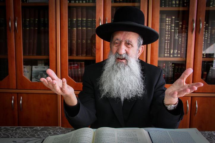 """הרב מוצפי: לא לקנות תפילין מסופר סת""""ם  שאשתו לובשת פאה"""