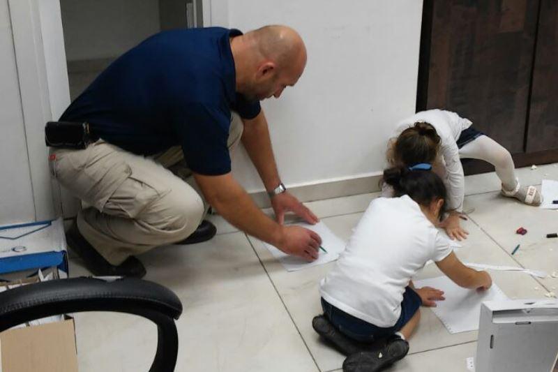 צפו: המאבטח של זייברט שיחק עם הילדים השובתים בלשכה