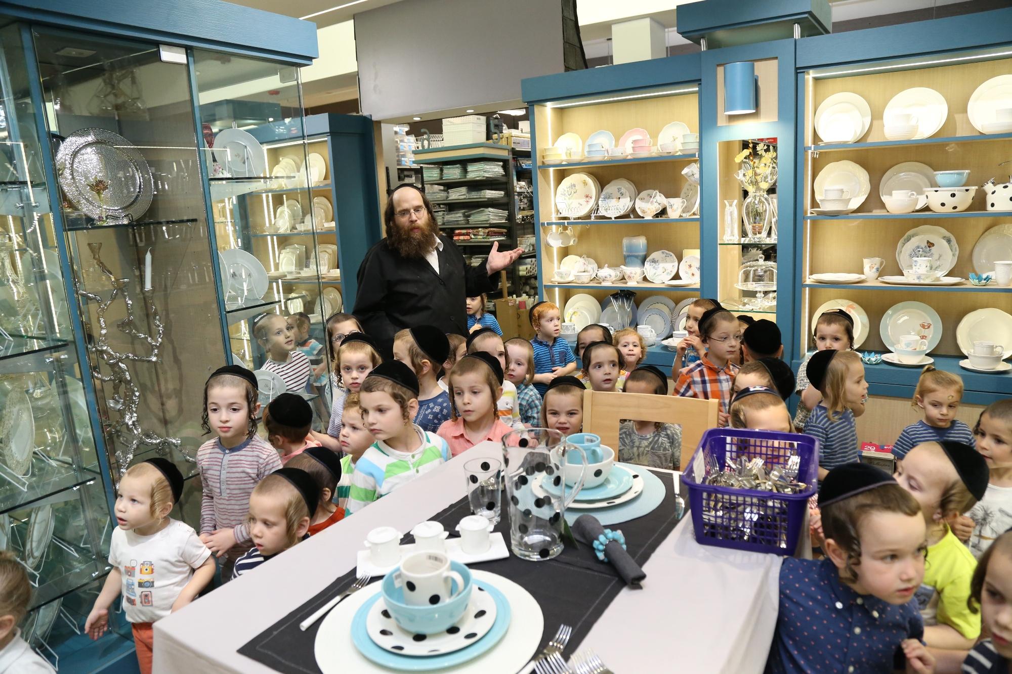 Children of Viznitz Williamsburg came to learn about tevilas keilim