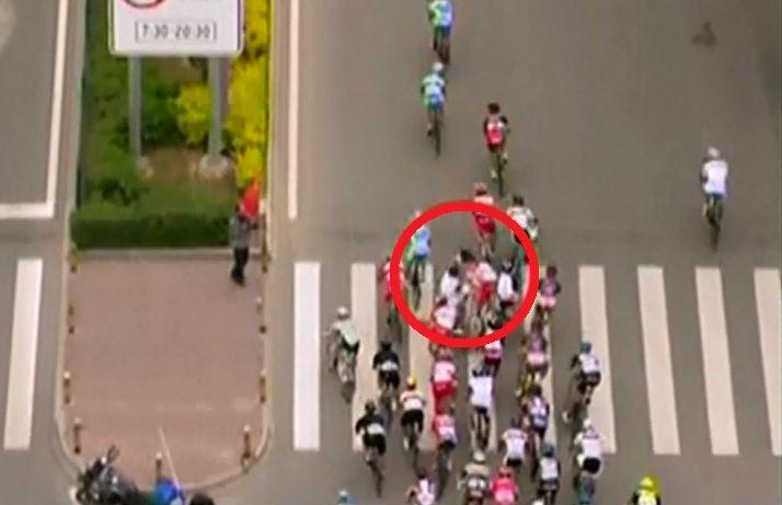 צפו: הולך רגל גרם לתאונת ענק במירוץ