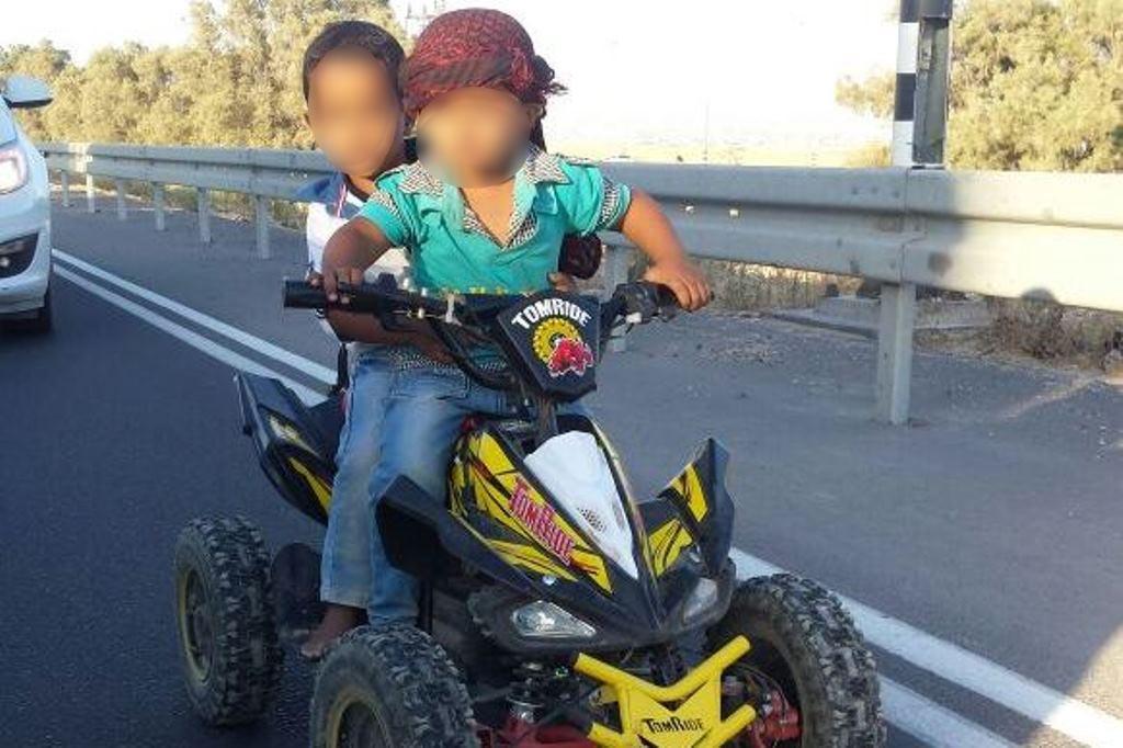 צפו: בן שנתיים על טרקטורון באמצע הכביש