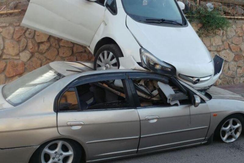 צפו: ילדים דירדרו רכב על... גג רכב חונה