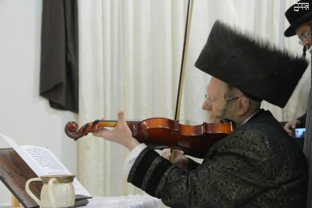תיעוד: ניגון הכינור בהדלקה בחצר קרעטשניף