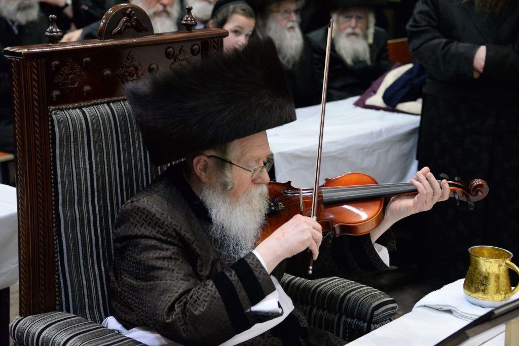 """הדלקה בקרעטשניף: צפו באדמו""""ר מנגן בכינור"""