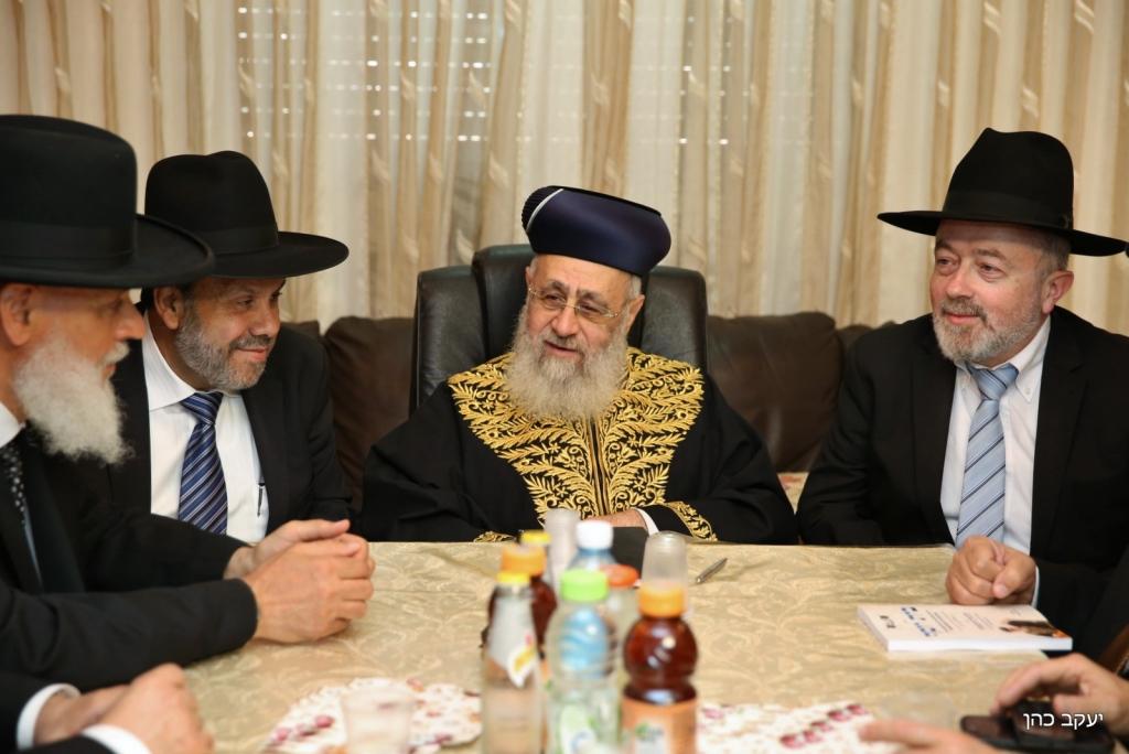 הרב הראשי והשר משכו הצעה קודמת ומציגים חדשה עם 11 דיינים