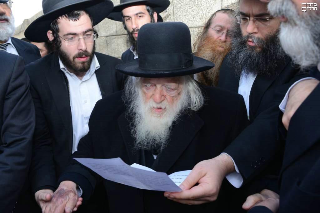 """צפו: הגר""""ח מתפלל על קברה של אמו הרבנית"""