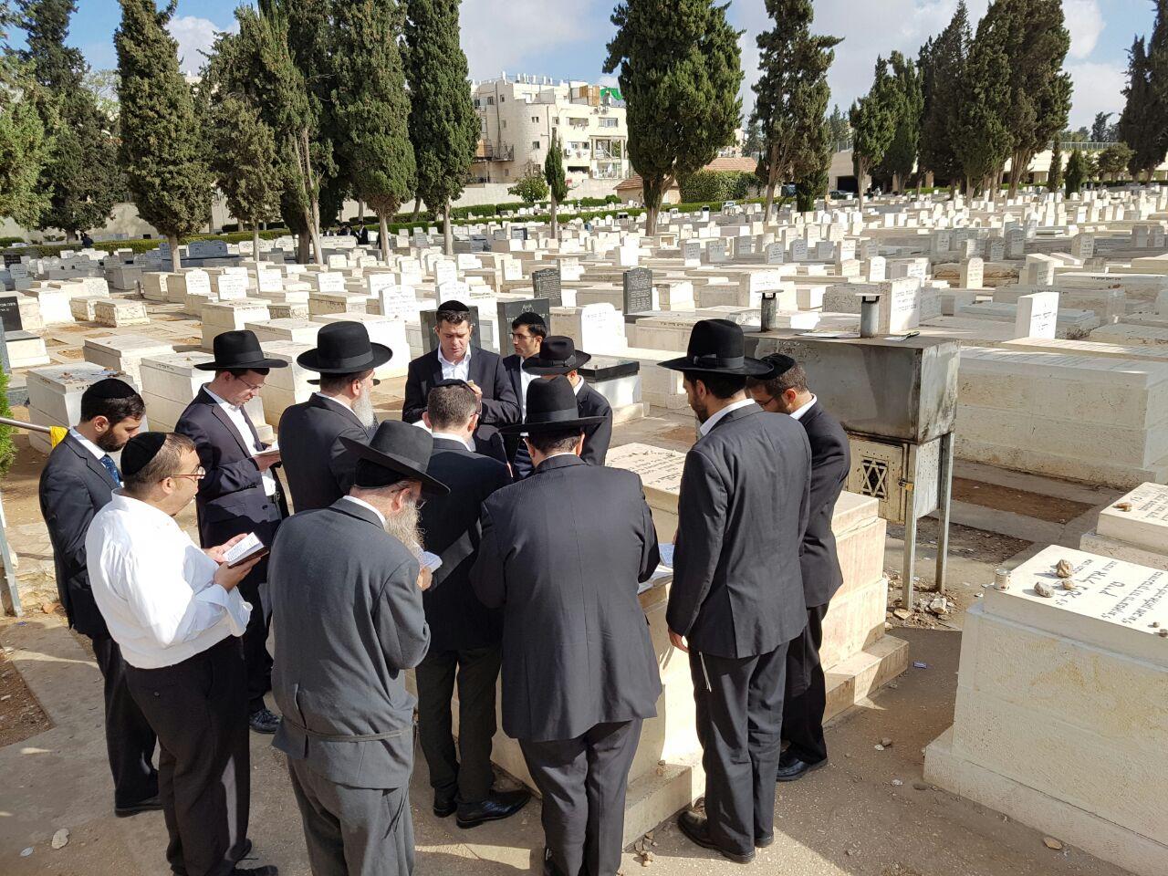 השר התחנן על צביקה כהן בקבר הרב עובדיה