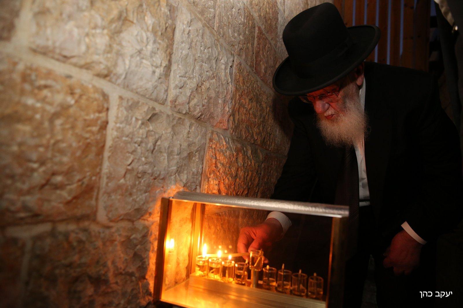 ברחוב היהודים: חכם שלום הדליק נר שלישי