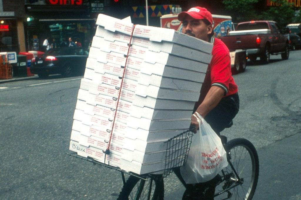 מגש הפיצה המיותם שעורר ויכוח בין הרבנים
