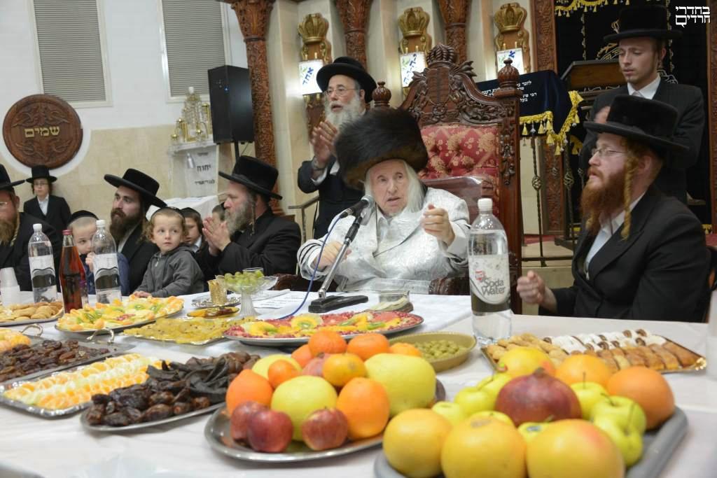 """אדמו""""רי ירושלים אוכלים פירות ט""""ו בשבט • צפו"""
