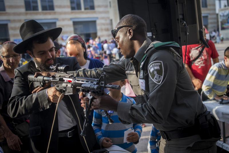 השוטר הטוב: הצגת המשטרה בכיכר ספרא