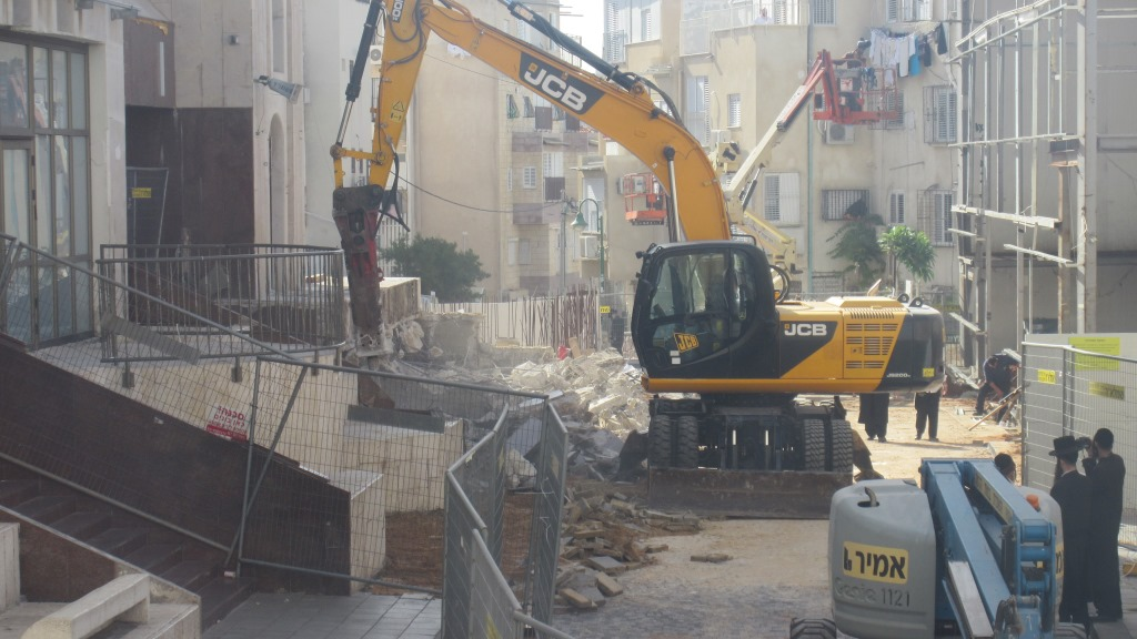 Tearful Emotional Parting For Visznits Chasidim:  Mythological Balcony Taken Down