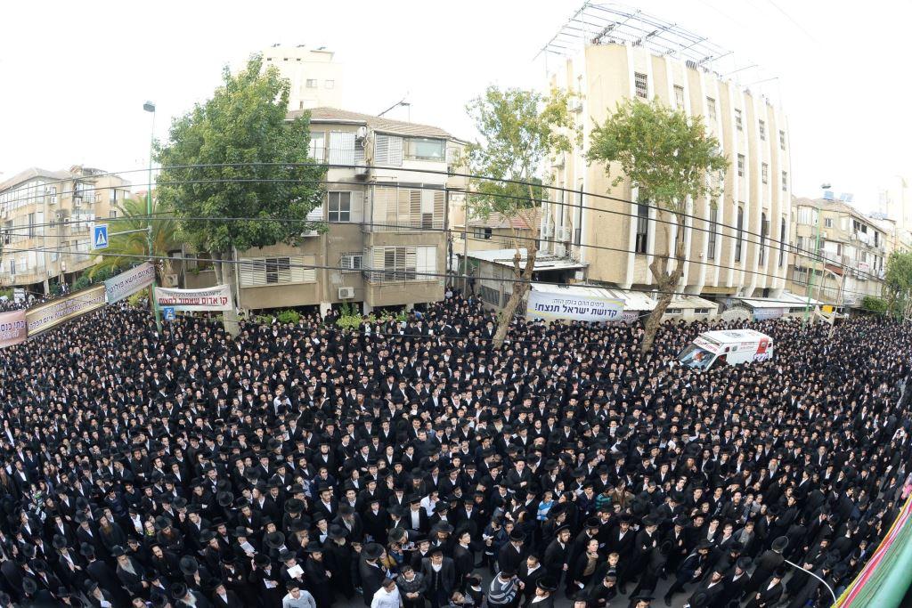 """""""בתי כנסת אינם נושא פוליטי"""" - אלפים הפגינו בבני-ברק על ערד"""