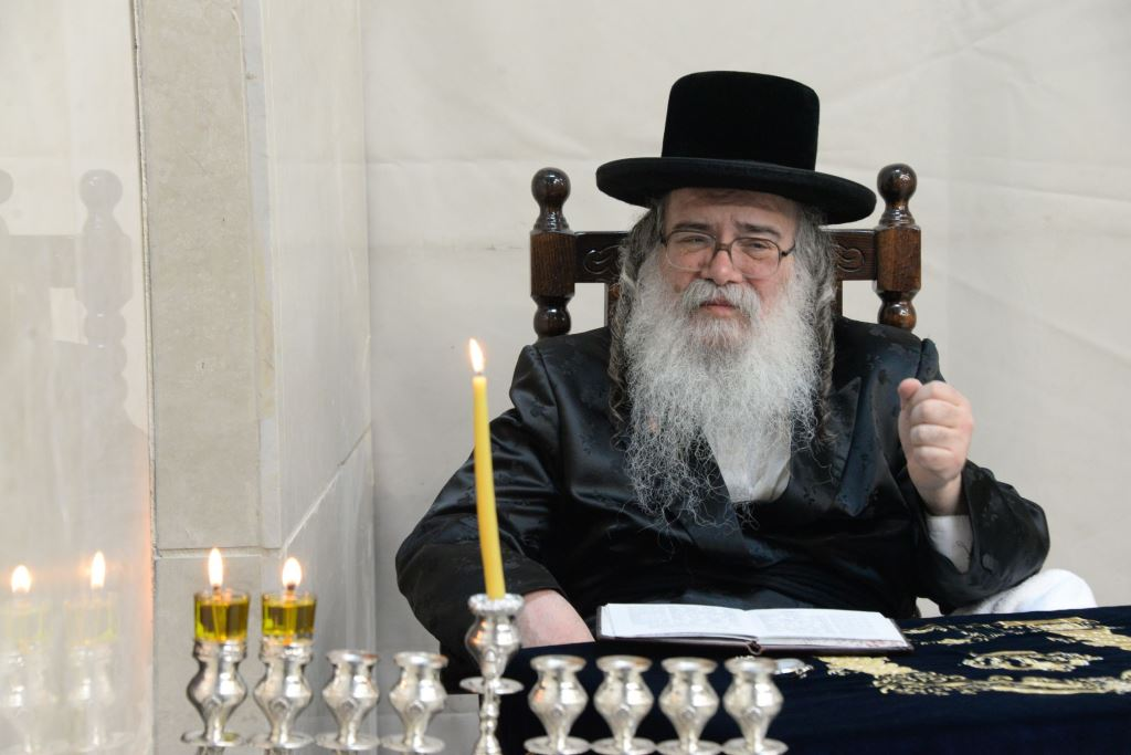 """דְּבִיר קָדְשׁוֹ הֱבִיאַנִי • הלו""""ז המלא של אירועי חנוכה בחצרות הקודש"""