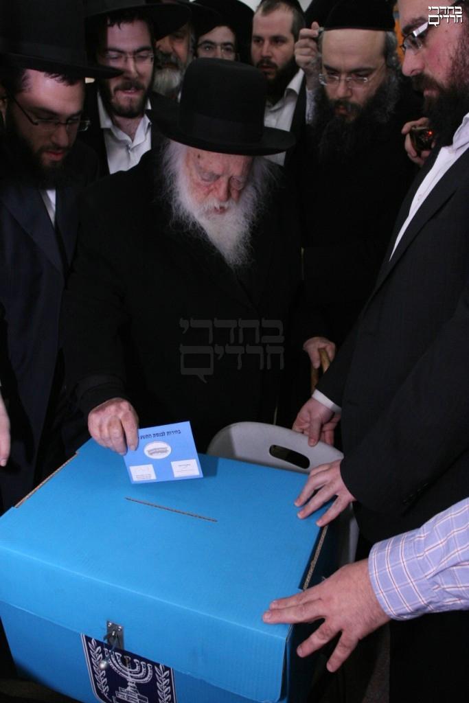 R' Chaim Kanievsky casting his ballot