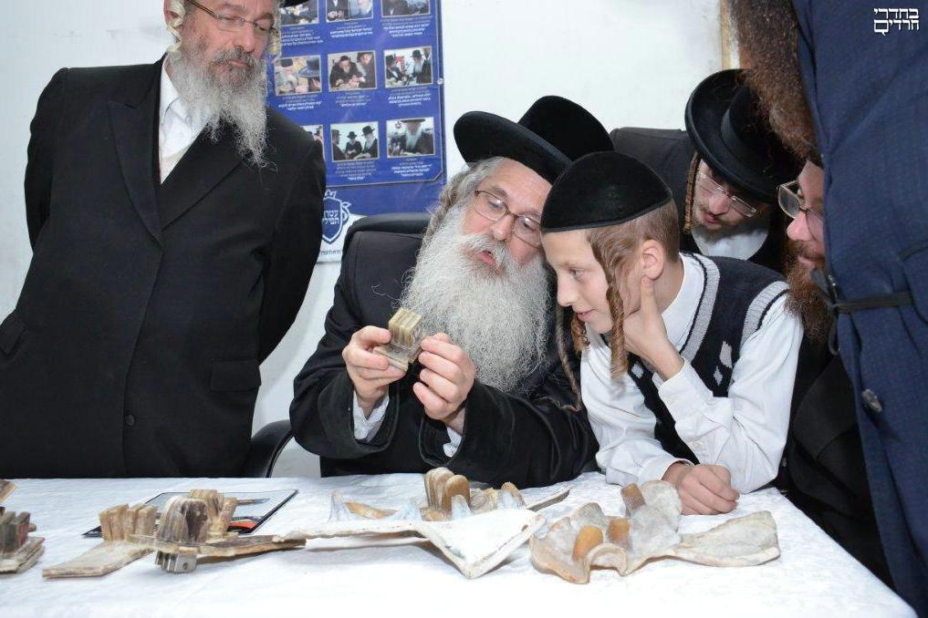 צפו: הרבי מנדבורנה-ירושלים בודקק תפילין לנכדו