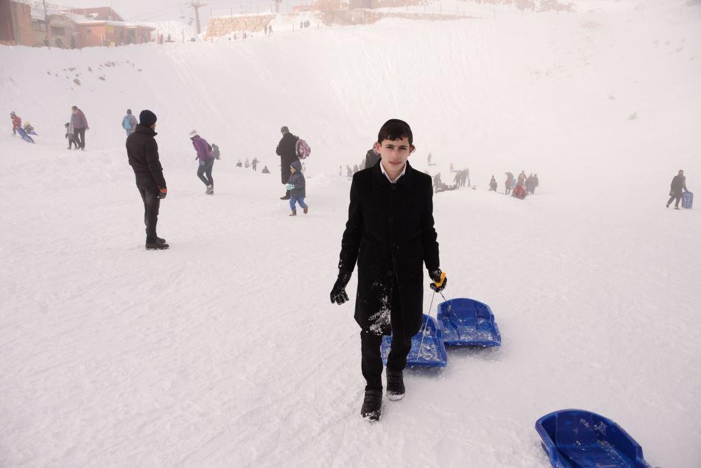 שחור לבן: החרדים שיצאו לסקי בחרמון המושלג