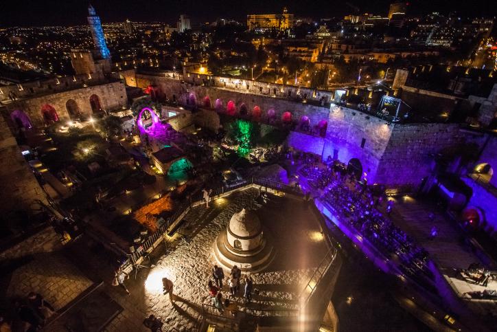 עוצר נשימה: מגדל דוד מואר בלילה הירושלמי