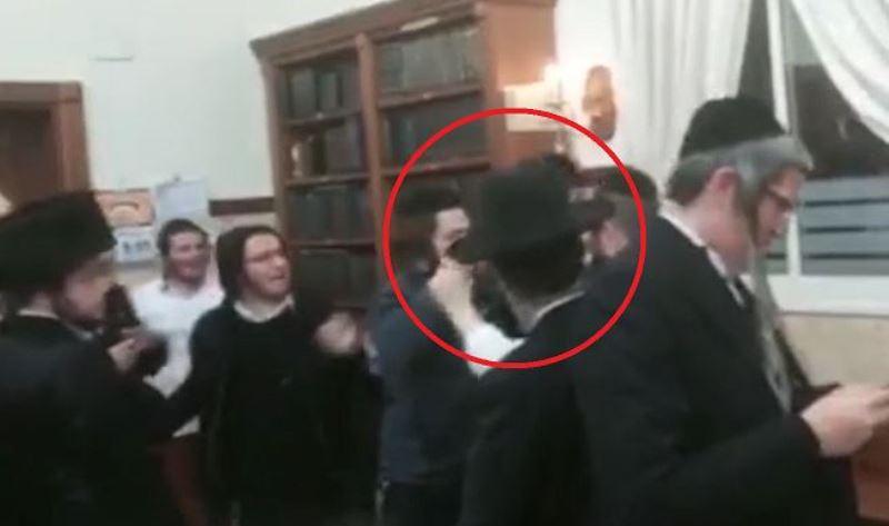 וידאו: הרב גודלבסקי הותקף בבית כנסת וחולץ על ידי המשטרה