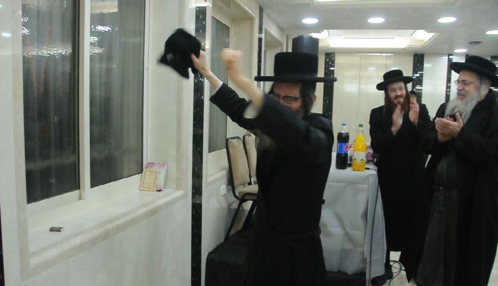בפני יתומות: המשפיע רקד עם מגבת שחורה