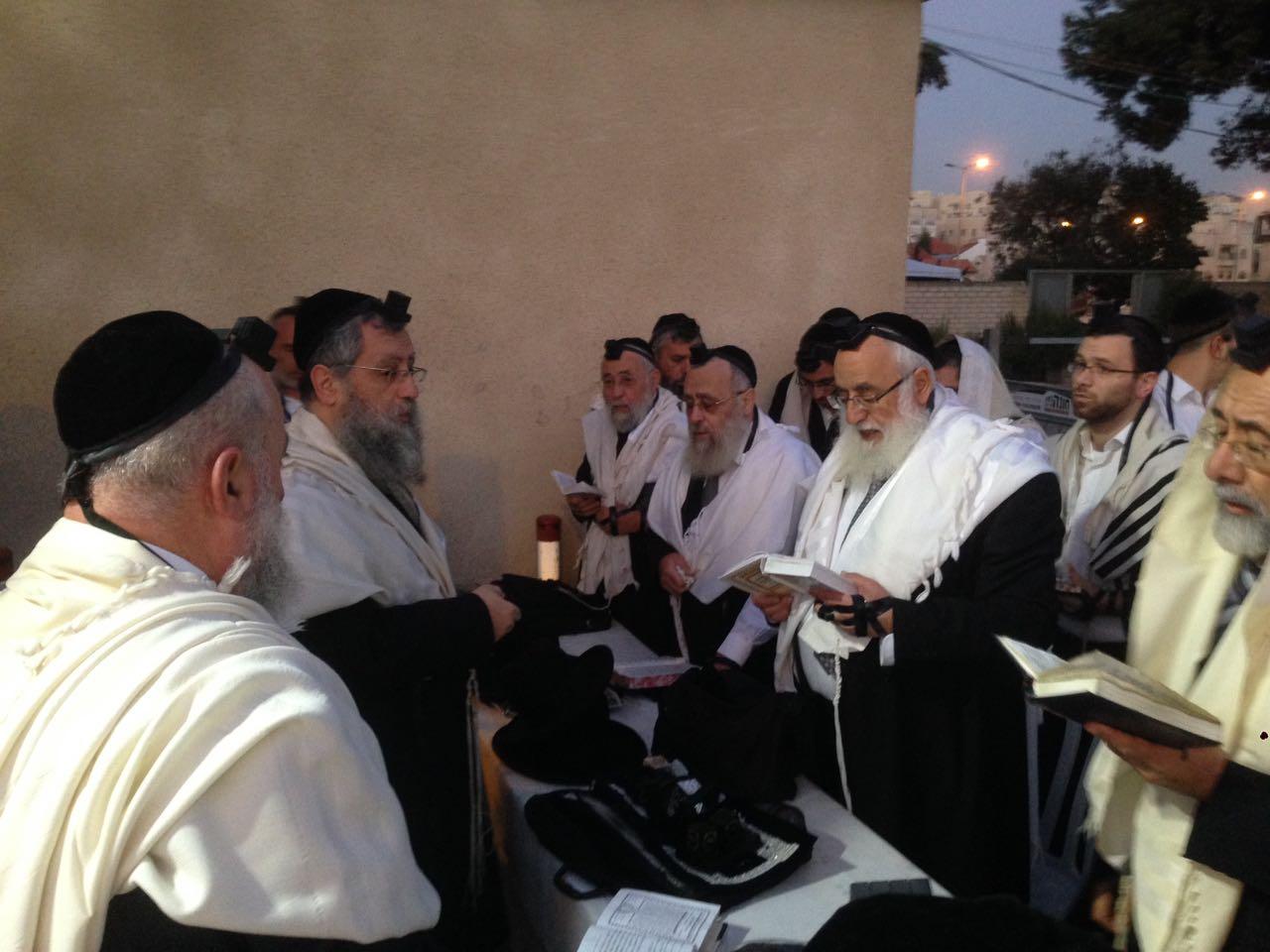 יום השנה: בני וחתני הרב עובדיה עלו לקבר