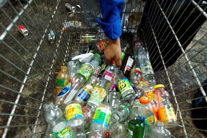 מנקים לפסח וזורקים את הבקבוקים לפח?
