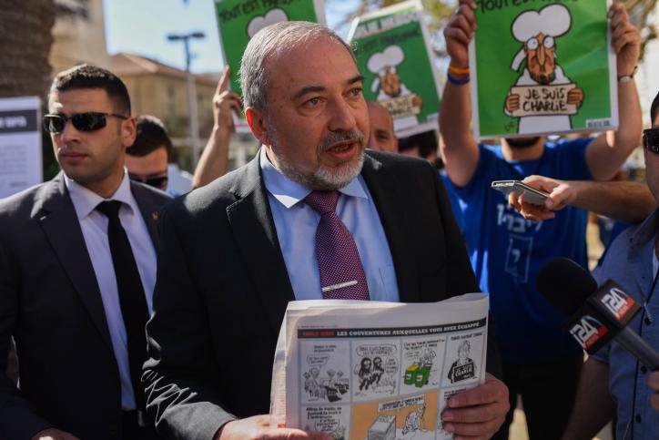 """ליברמן: """"להפסיק לקרוא את עיתון הארץ"""""""