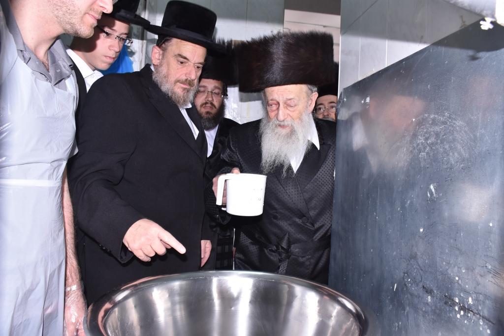 המצות של הרבנים בערב פסח • צפו בגלריה