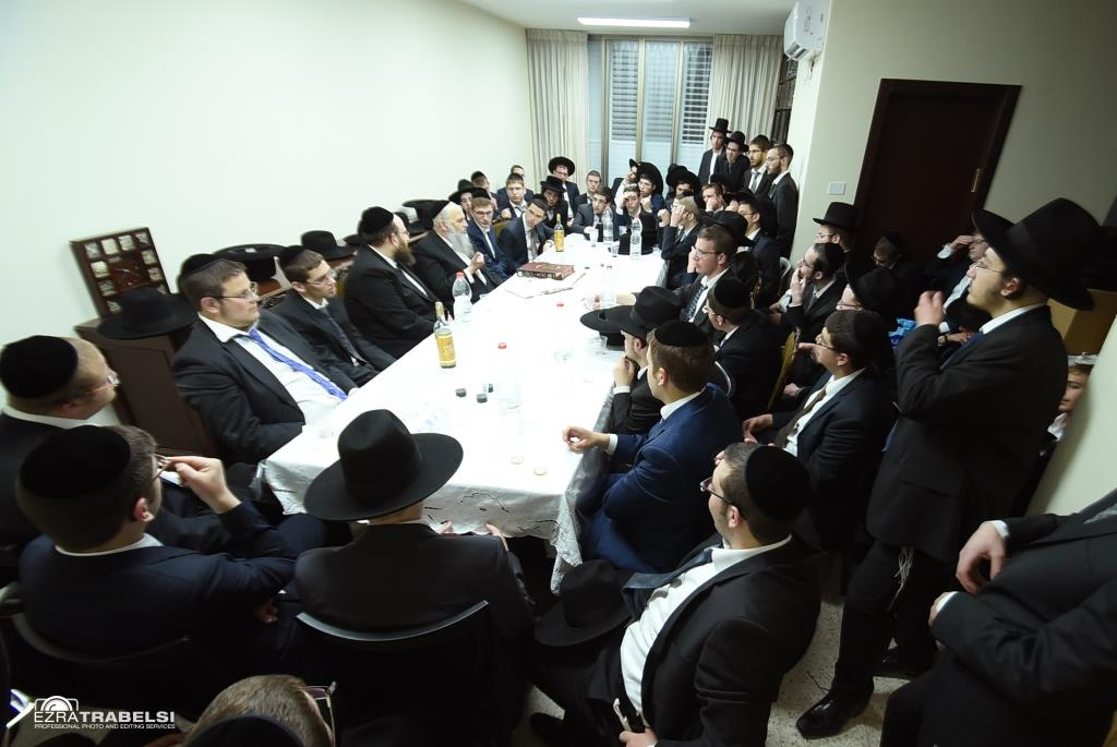צפו: ראש הישיבה לימד את הבחורים את השיר של הרב מבריסק