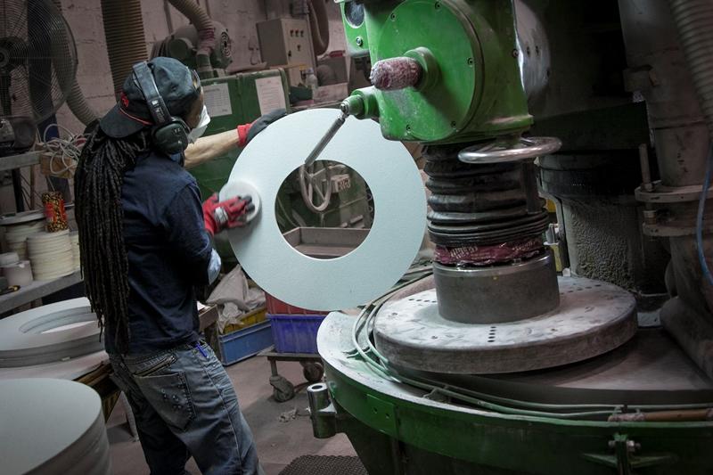 הצצה למפעל בו כלל המגזרים מייצרים נייר זכוכית