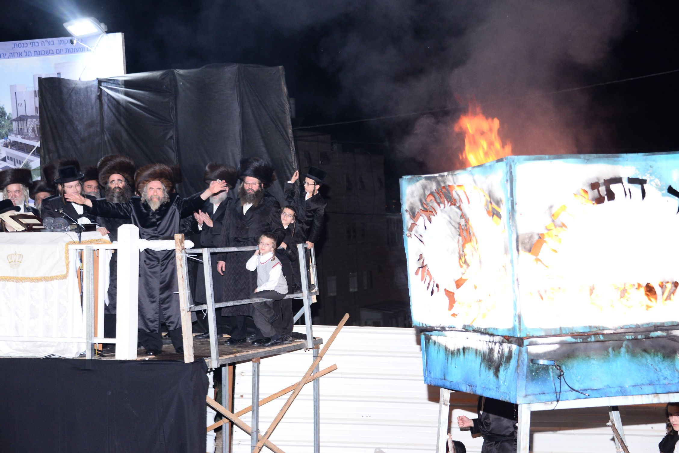 לפני מירון: הרבי מרחמסטריווקא הדליק בירושלים • צפו