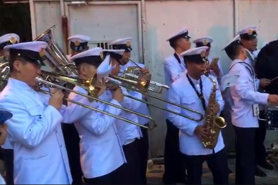 """צפו: תזמורת צבא תאילנד מנגנת """"כה לחי"""""""
