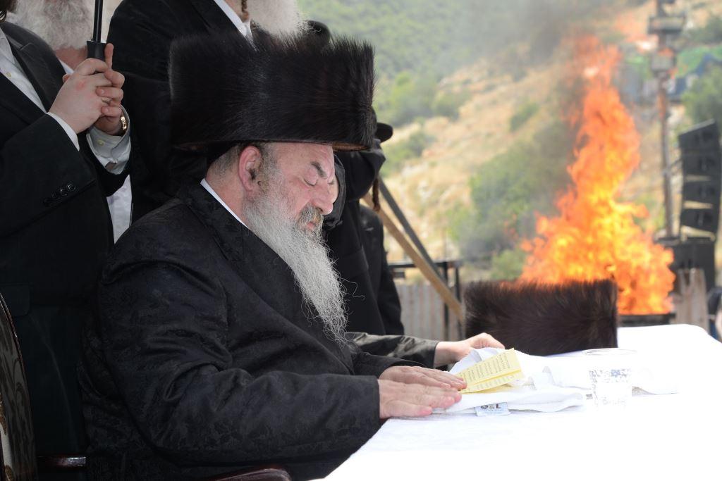 מירון: הרבי מלעלוב הלהיב את החסידים בהדלקה