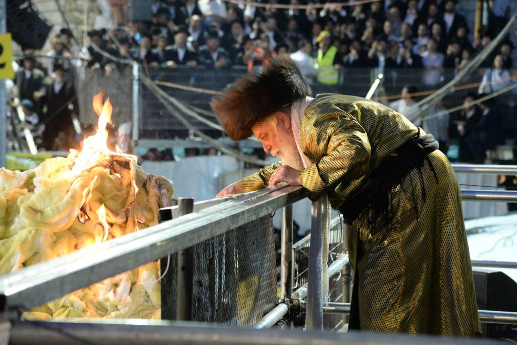 השמן, האש והריקודים: ההדלקה של תולדות אהרן במירון • צפו