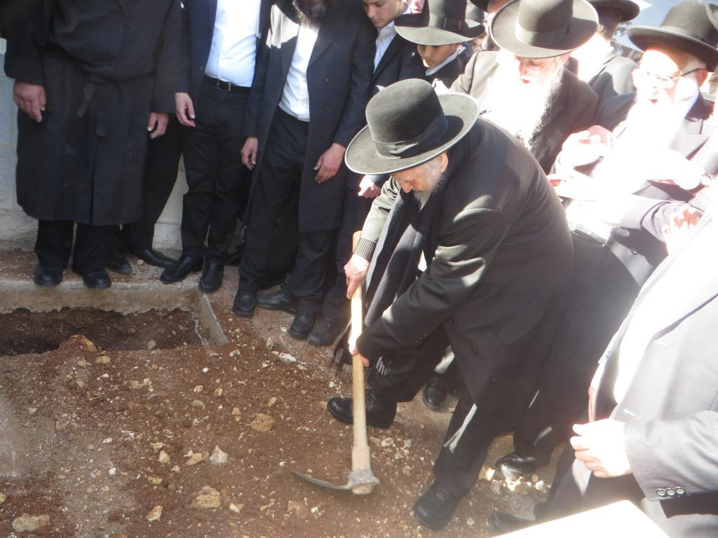 """האחים לבית אויערבך בהלווית הרבנית טרגר ע""""ה • צפו"""