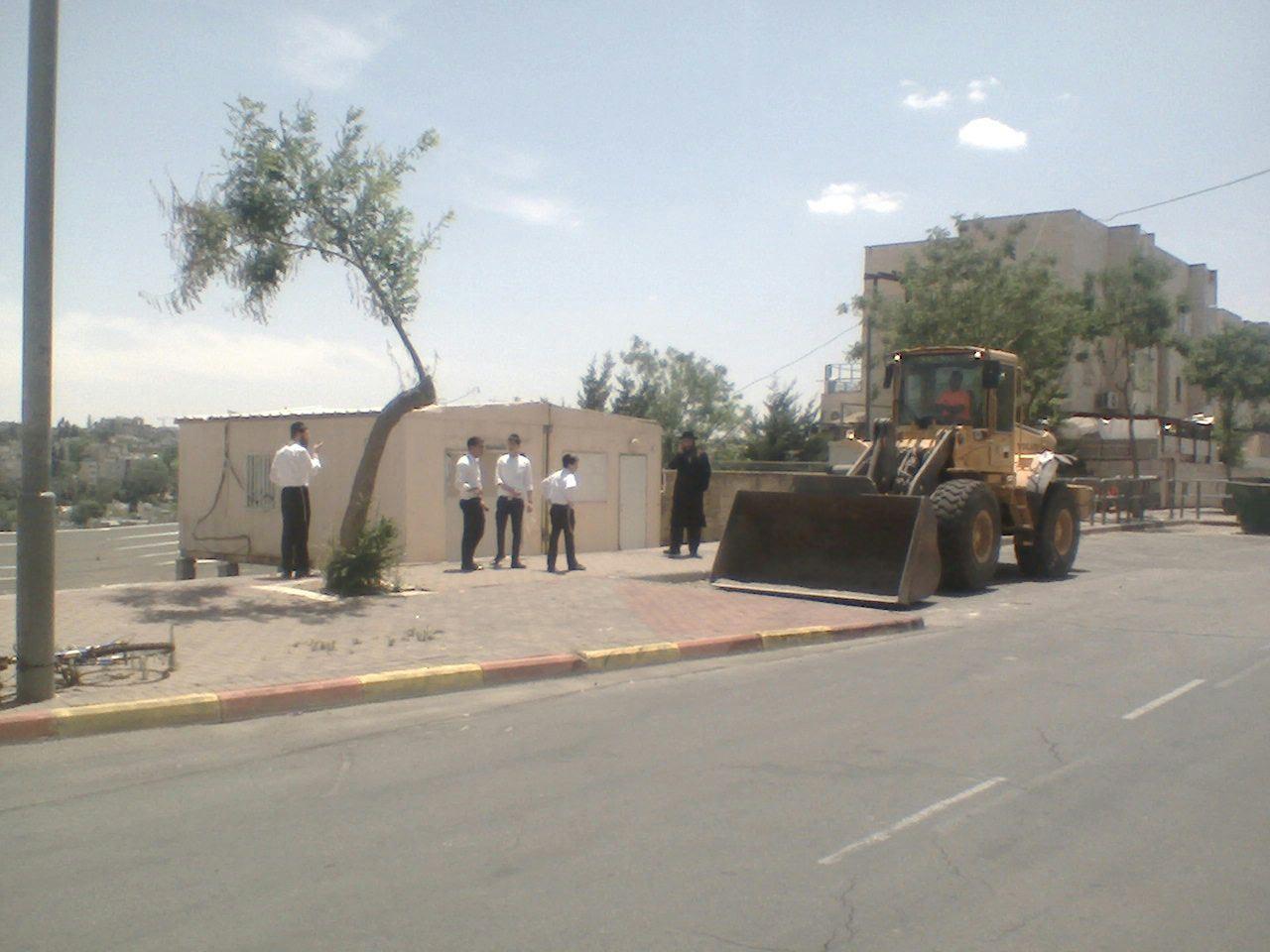 תיעוד: הטרקטורים באו להרוס את בית הכנסת