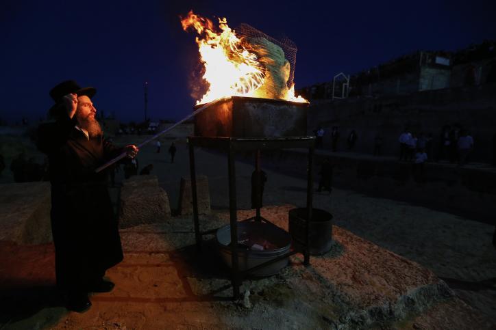 """הילולת שמואל הנביא: האדמו""""ר הדליק את האש, וההמון פצח בשירה • תיעוד"""