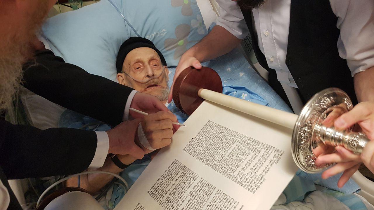 תיעוד: בן המאה כתב אות בספר התורה ונפטר
