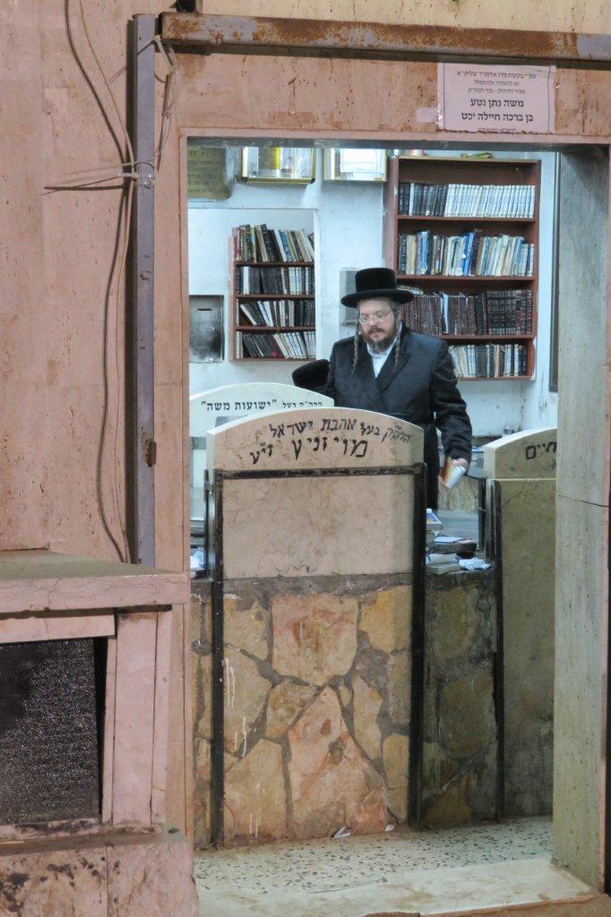 """הרה""""צ והגבאי לבד התפללו באישון ליל בבית הקברות • צפו"""