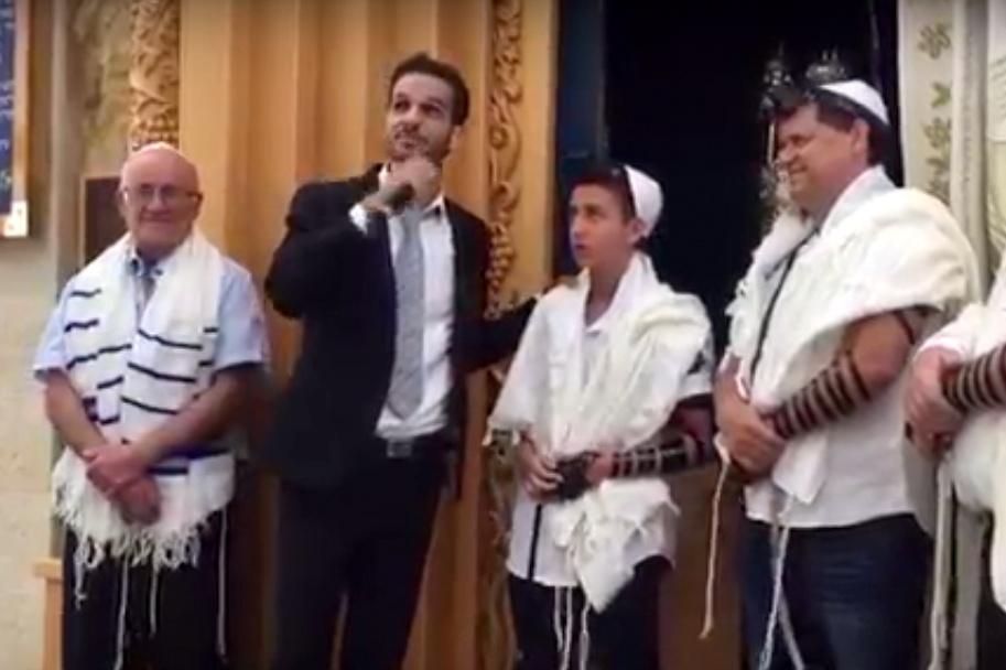 הזמר הפתיע את חתן הבר מצווה: