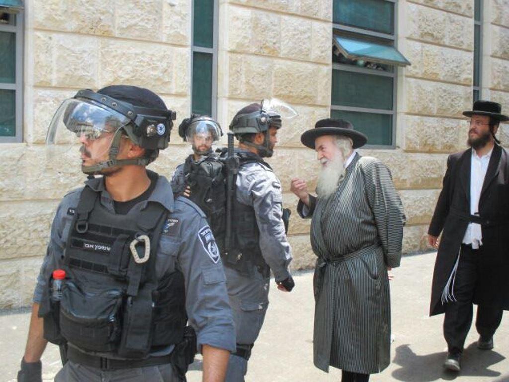 """חרדקים יזומים במאה שערים: שוטר ימ""""ר שיקר"""