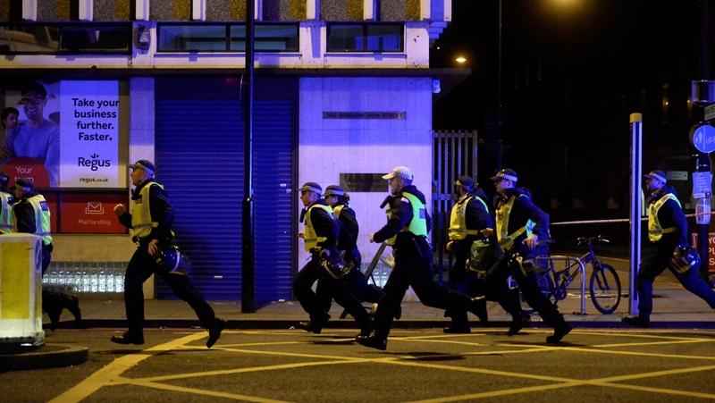 מטורף: המחבלים דוקרים  והשוטרים מרססים