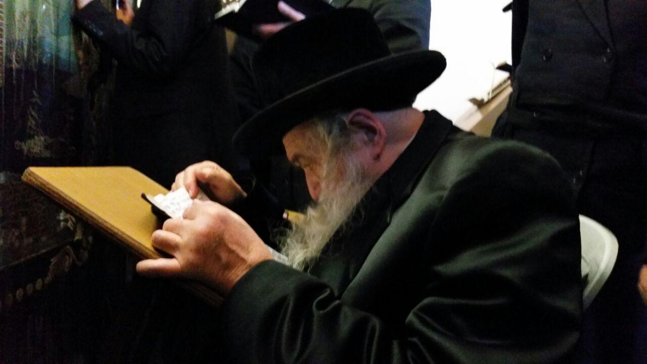 לפני חתונת הנכד: הרבי מטשערנאביל הגיע לתפילה בקבר רחל