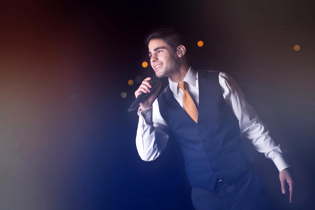 מרגש: הזמר שהציל את אחותו - שר בחתונתה • צפו