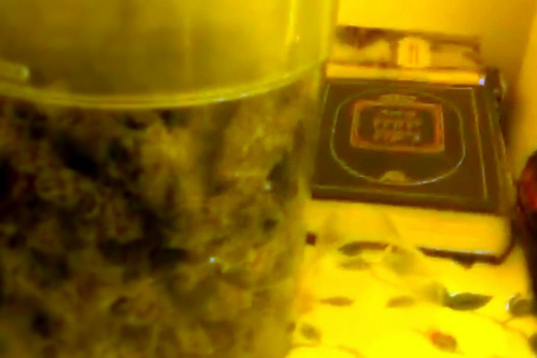 סידור לצד סמים: החרדי נתפס על חם • צפו