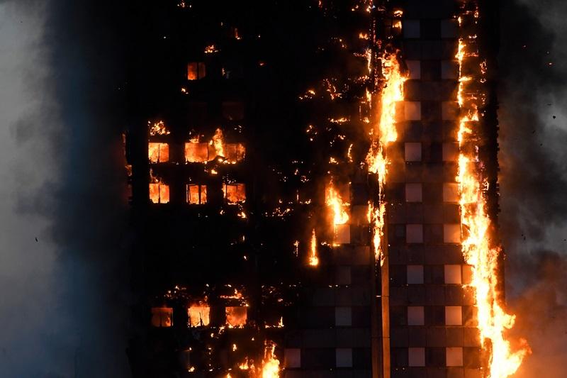 לונדון: 200 כבאים, 27 קומות | צפו בלהבות