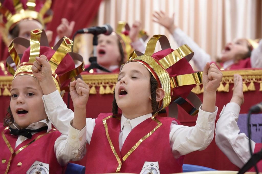 יבואו טהורים: הילדים החסידים החלו ללמוד חומש • גלריה מרהיבה