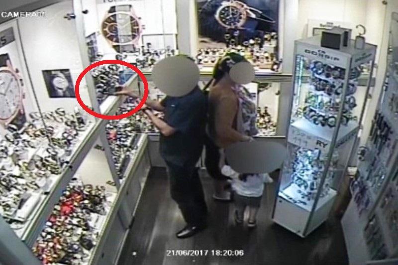 המצלמות תיעדו: בני זוג גונבים שעוני יוקרה בגאולה